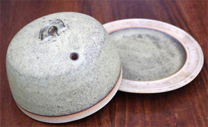 Tremar Dish Lidded/Covered - Plain - 14cm/5.5 inches tall, 18.5 cm/7.25 inches diameter - Photo by alifox1 on www.ebay.co.uk