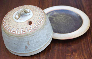 Tremar Dish Lidded/Covered - Decorated - 14cm/5.5 inches tall, 18.5 cm/7.25 inches diameter - Photo by alifox1 on www.ebay.co.uk