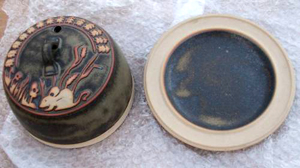 Tremar Pottery - Covered/Domed/Lidded Cheese Dish - Country Mouse Design in Striking Dark Color - Photo by doitdreckly on www.ebay.co.uk