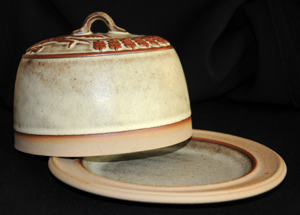 Tremar Pottery - Covered/Domed/Lidded Cheese Dish - Country Mouse Design in Off White/Tan Color - Dome Offset to the Side